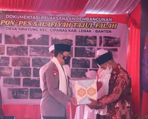 Kapolri Berikan Bantuan Sembako dan Ratusan Ribu Masker ke Ponpes Tajul Falah