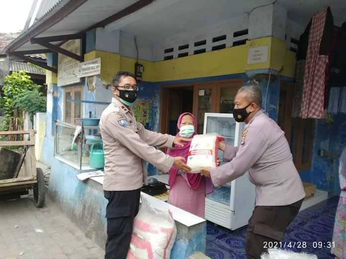 Polres Serang Kota Berikan Bantuan Beras Untuk Kaum Dhuafa Di Pertengahan Ramadhan