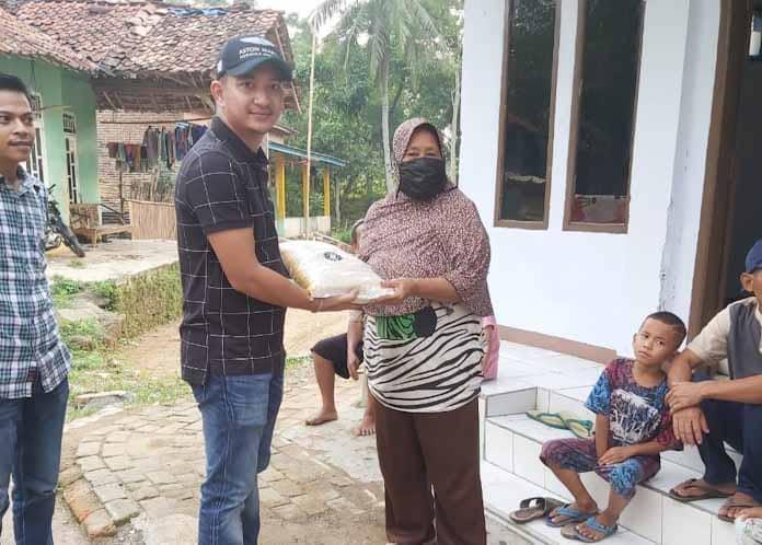Nabil Jayabaya Turun Langsung Bagikan Sembako Pada Warga Warga Kurang Mampu di Lebak