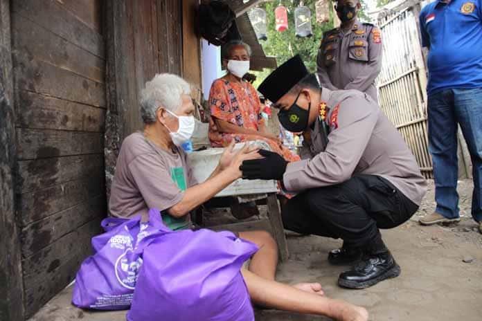 Tim Warung Jum'at Polda Banten Salurkan Paket Sembako, Wawan : Alhamdulillah, Terima Kasih Atas Bantuan dan Kepedulian Pak Polisi