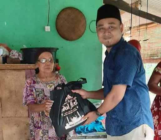 Kepala Desa Mekarsari Turun Langsung Bagikan 1700 Paket Sembako Untuk Warga