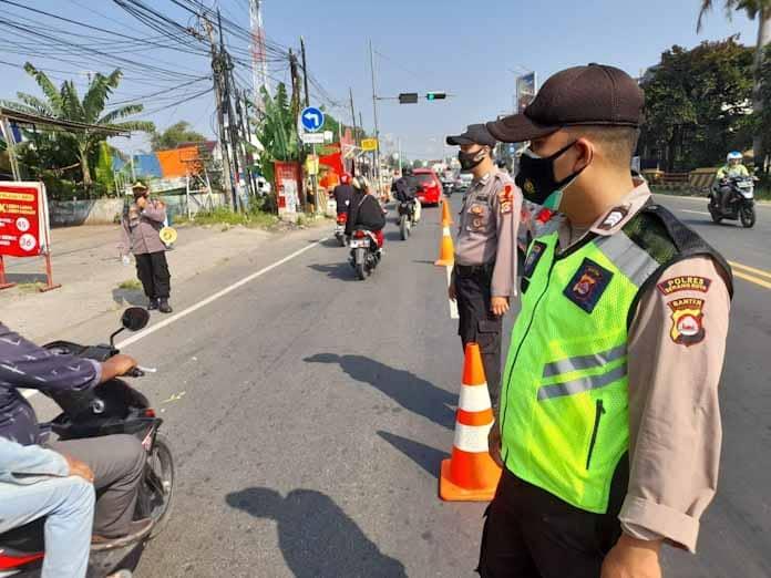 Hari Ke-6 Ops Ketupat, Pospam Parung Polres Serang Kota Bagikan Masker