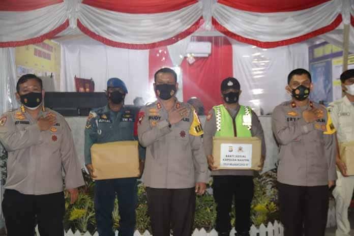Kapolda Banten Serahkan Bingkisan Lebaran Kepada Personel yang Bertugas di Operasi Ketupat Maung 2021