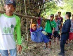 Miris, Tak Ada Akses Jalan Memadai Seorang Nenek di Pandeglang Ditandu Ke Puskesmas Untuk Berobat
