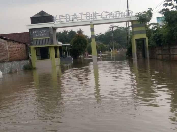 Hujan Deras dan Penyempitan Saluran Air, Jalan Raya Kedaton Grand Curug Banjir dan Terjadi Kemacetan Lalulintas