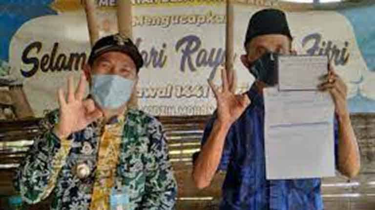 Kades Desa Curugbadak H Agus Supandi S.Pdl bersama Saleh Ketua RT Kampung Ciganjur