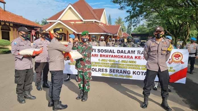 HUT Bhayangkara Ke 75, Polres Serang Kota Serahkan Bantuan 15 Ton Beras
