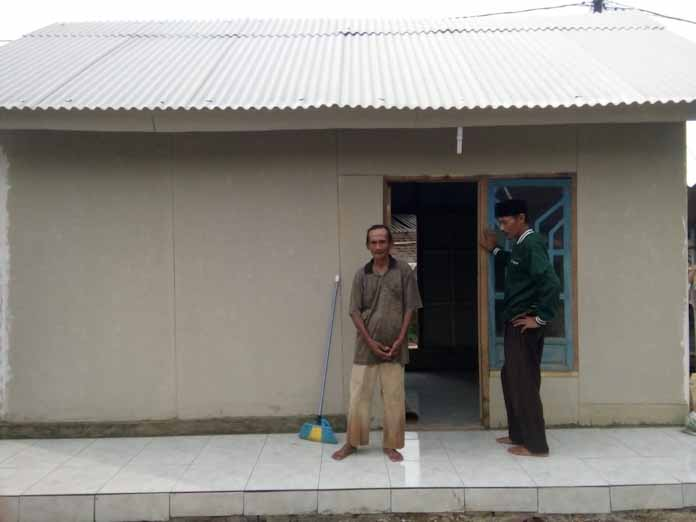 Aksi Peduli, Ketua Forum BKM Kecamatan Curug Bersama Warga Bangun Rumah Penyandang Disabilitas Jiwa