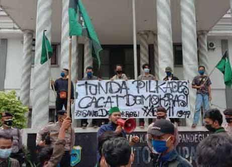 HMI Cabang Pandeglang saat melakukan aksi Unras, di Depan Kantor Bupati Pandeglang, Selasa (13/07/2021)