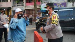 Kapolres Lebak AKBP Teddy Rayendra,SIK,M.I.K, saat pembagian masker di Pasar Rangkasbitung, Lebak, Banten, Selasa (27/7/2021)