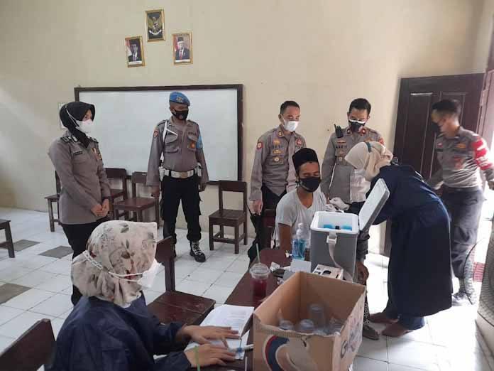 Wakapolres Serang Kota Polda Banten Tinjau Gerai Vaksin Presisi Polsek Curug
