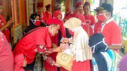 Cakades Abdul Ropik Nomor 1 Bendera Merah Santuni Yatim Piatu Dan Dhuafa, di Desa Binong, Kecamatan Maja, Lebak, Banten, Rabu (20/10)