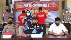 Kabid Humas Polda Banten AKBP Shinto Silitonga didampingi Kapolres Pandeglang AKBP Belny Warlansyah saat menggelar konferensi pers di Polres Pandeglang, Rabu (27/10)