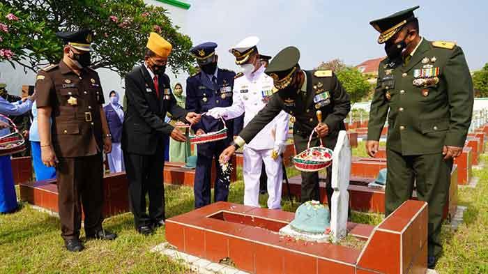 Sambut HUT TNI Ke 76, Komandan Korem 064/MY Pimpin Ziarah